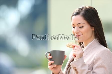 unternehmer isst kekse und trinkt kaffee