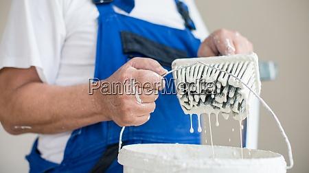 senior mann malerei ein zimmer der