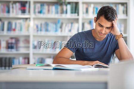 schueler in einer bibliothek schoene