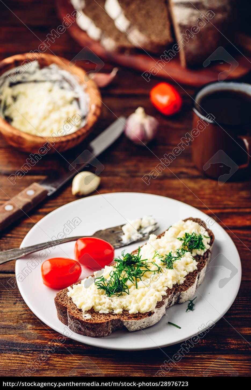 toast, mit, verarbeitetem, käse, knoblauch, und, dill - 28976723