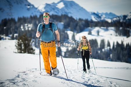 wintersport zwei freunde wandern mit