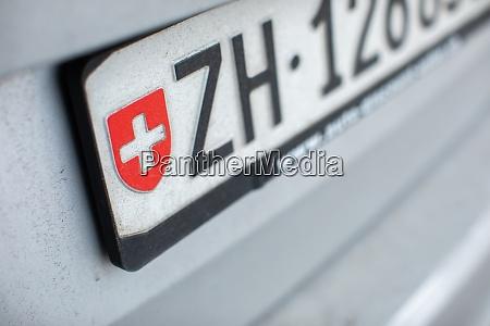 zuercher kennzeichen an einem auto in