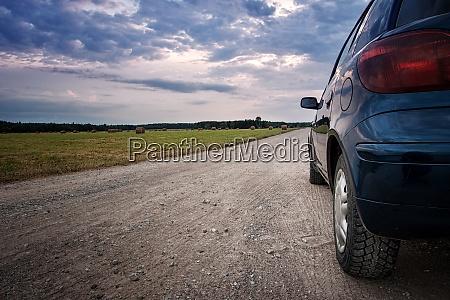 auto auf landstrasse