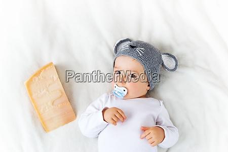 baby junge in maus hut auf