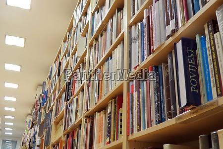 buecherregal in der bibliothek