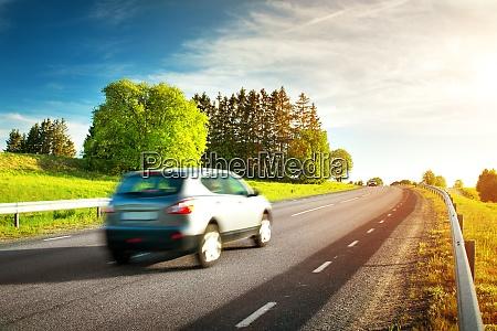 auto bewegt sich am sonnigen abend