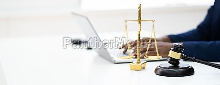 online gerichtsgerichtskonzept richter