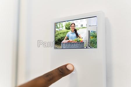 afrikanischer mann mit video intercom system