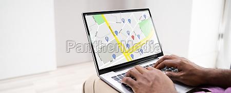 online gps standortkarte suche auf laptop