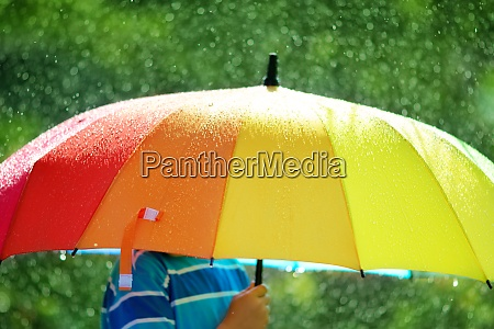 kind bei regenwetter zu fuss