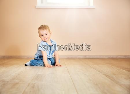 portraet eines zweijaehrigen kindes das auf