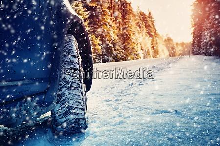 winterstrasse am morgen