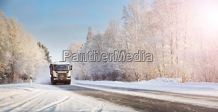 lkw auf winterstrasse mit schnee bedeckt
