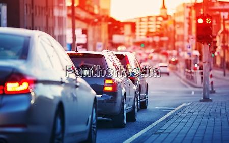 autos fahren am spaeten abend in