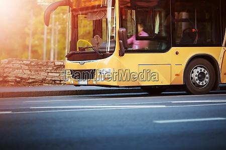 bus bewegt sich auf der strasse