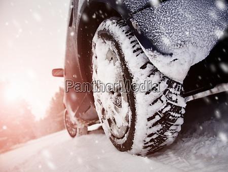 autoreifen auf winterstrasse mit schnee bedeckt