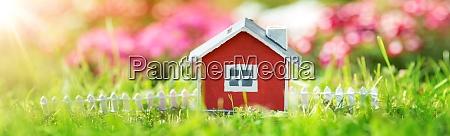 rotes holzhaus auf dem gras im