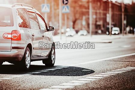 autos die am spaeten abend in