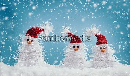 kleine schneemaenner auf weichem schnee auf