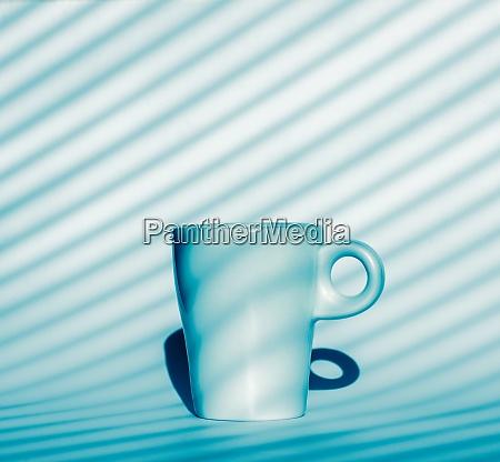 kaffeetasse auf blauem und weissem hintergrund