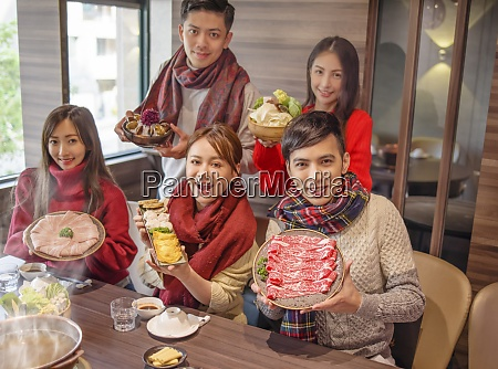 junge gruppe zeigt grosse vielfalt lebensmittel