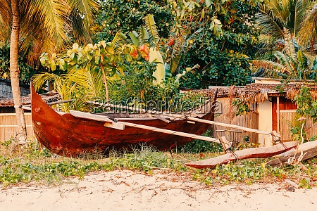 katamaranboot am strand in nosy be