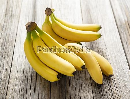 bananen auf einem alten holzbrett