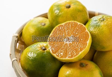 fruehe japanische mandarinenorangen in einem kolander
