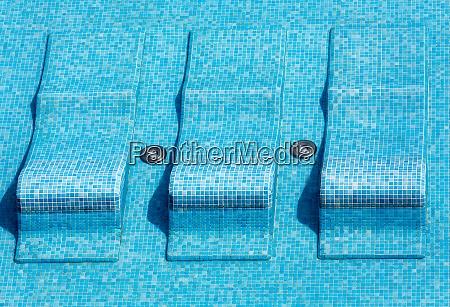 blaues bett im pool perfekt zum