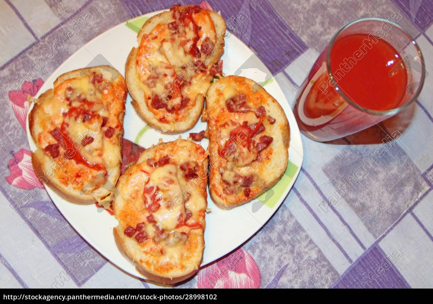 frische, appetitliche, pizza, mit, köstlichen, zutaten - 28998102