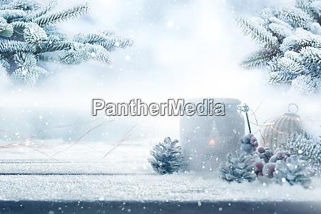 weihnachtsdekoration im verschneiten garten