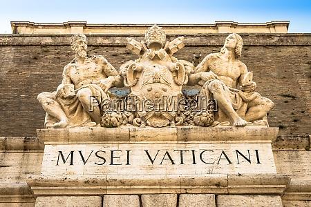 eingang des beruehmten vatikanischen museumsgebaeudes in