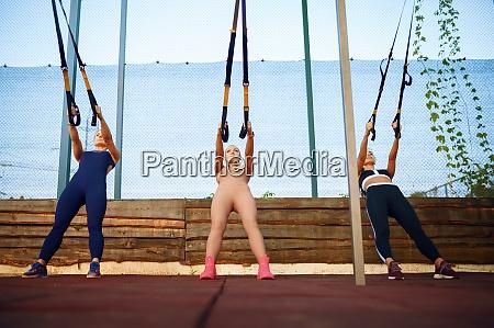 sportliche frauen outdoor gruppentraining
