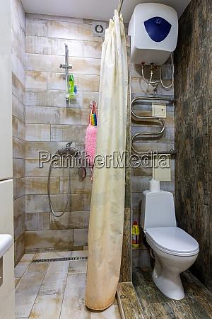 kleines kompaktes badezimmer mit duschvorhang und