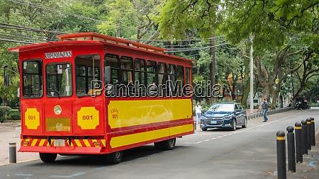 roter und gelber trolleywagen auf den
