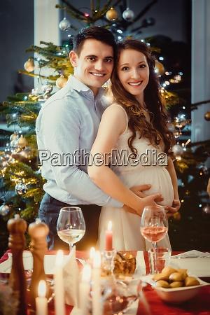 glueckliches paar feiert weihnachten die frau