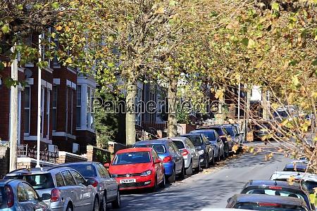 stadtstrasse voller geparkter autos