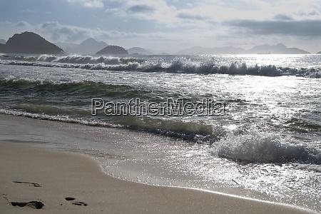 ozean surfen am strand von copacabana