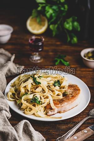 schweinekotelett-steak, mit, pasta - 29020389