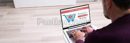 online e commerce shop auf laptop