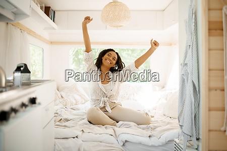 junge frau entspannen im schlafzimmer camping