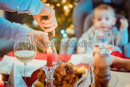 mann des hauses schneiden traditionelle weihnachtsessen