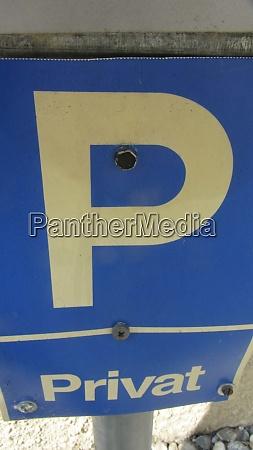 blaues privatparkplatz strassenschild