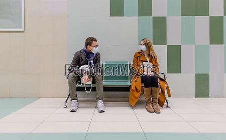 menschen mit gesichtsmaske warten auf einen