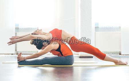 zwei frauen im yoga kurs die