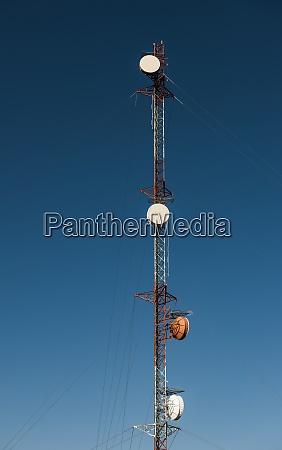 kommunikationsturm gegen blauen himmel