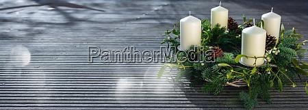 adventskranz auf grauen holzbohlen