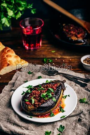 auberginen gefuellt mit hackigem rindfleisch und