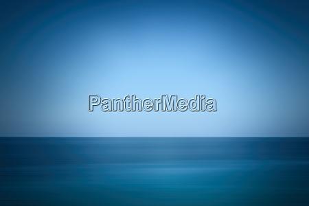 ruhiges blaues meer und himmel