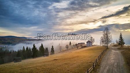 alpendorf herbst laendliche landschaft kalter novembermorgen